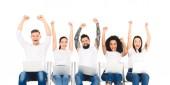 Fotografie mnohonárodnostní skupina lidí pomocí přenosných počítačů a veselí se s rukama nad hlavou izolované na bílém
