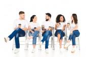 multikulturní skupiny lidí, kteří sedí na židlích s kávou jít a mluvit, izolované na bílém