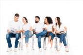 multikulturní mladých lidí při pohledu na novinách při čtení muž izolované na bílém