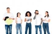 Fotografia gruppo multiculturale di giovani ascolto musica in cuffie e tenendo in vinile isolati su bianco