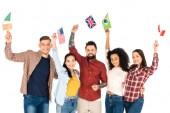 mnohonárodnostní skupina lidí s vlajkami různých zemí nad hlavami izolované na bílém úsměvem