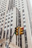 Městská scéna s semaforu a architektura města new york, usa