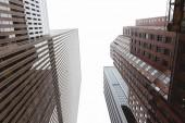 Spodní pohled na mrakodrapy a jasné oblohy v new york city, usa