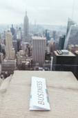 Közelkép a üzleti napilap és new Yorkban nézet