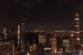 Letecký pohled na budov a světla noční město v new Yorku, usa