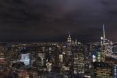 Légifelvételek az épületek és az éjszakai város fényeit, new York, Amerikai Egyesült Államok