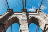 pohled zdola Brooklynský most pozadí modré oblohy jasno v new Yorku, usa