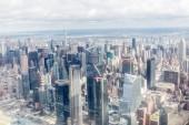 Letecký pohled na newyorské mrakodrapy a zamračená obloha, usa