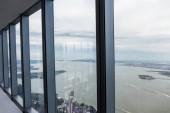 Blick auf bewölkten Himmel und New York City durch Fenster, USA