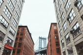Městská scéna s budovami a Brooklynský most v new york city, usa