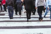Teilansicht von Menschen, die die Straße in New York überqueren, USA