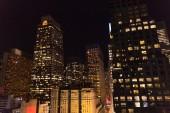 Městská scéna města new york v noci, usa