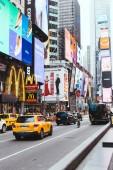 A Times Square, New York, Amerikai Egyesült Államok - 2018. október 8.: városi jelenet zsúfolt a times square, new York, Amerikai Egyesült Államok