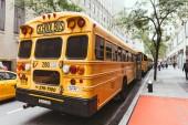 New York, Usa - 8. Oktober 2018: Nahaufnahme von Schulbussen geparkt auf Street, New York, Vereinigte Staaten