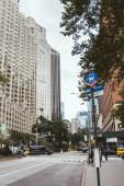 New York, Amerikai Egyesült Államok - 2018. október 8.: városi scene felhőkarcolók és városi utca, new York, Amerikai Egyesült Államok