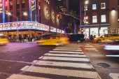 Times Square, New York, Usa – 8. října 2018: motion picture times square a automobilů v new Yorku v noci, usa