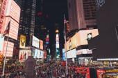 Times Square, New York, Usa – 8. října 2018: městské scény s přeplněných times square v new Yorku v noci, usa