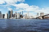 Manhattan, New York, Usa – 8. října 2018: krásný výhled ze zatažené oblohy, manhattan a brooklyn most v new Yorku, usa