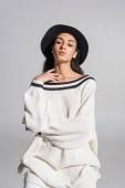 Fényképek elegáns fehér ruhákat és látszó-nél fényképezőgép fehér kalapot a vonzó afro-amerikai lány portréja