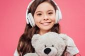 mosolygó gyermek fejhallgató, gazdaság, elszigetelt rózsaszín mackó