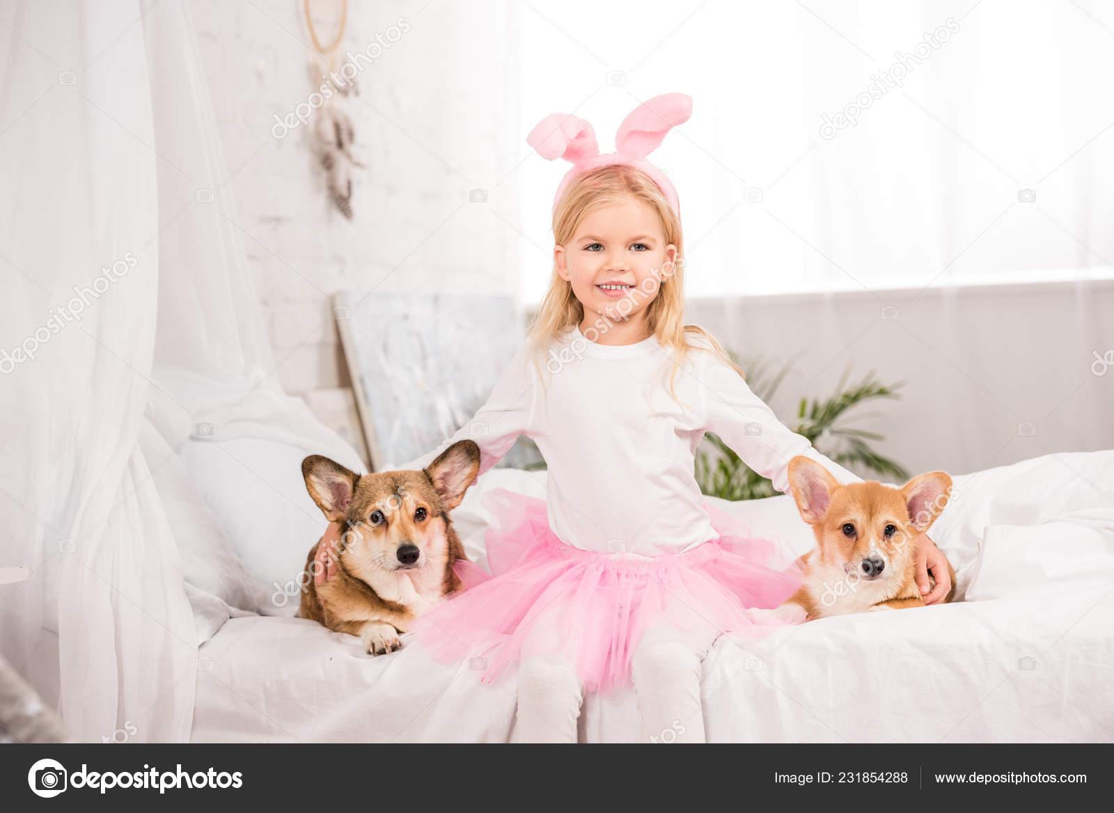 Usmívající Dítě Zajíček Uši Čelenka Sedící Welsh Corgi Psy Posteli — Stock  fotografie c6f1165923