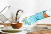 oříznutý obraz zralá žena mytí nádobí v kuchyni