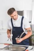 Fényképek felnőtt szerelőt levette konyhai csaptelep javítása