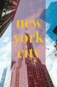 alacsony, szög, kilátás a felhőkarcolók és a felhős ég a sárga new york city betűkkel, new York, Amerikai Egyesült Államok