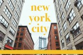 Městská scéna s budovami, brooklyn bridge a žlutá písmena new york city v new Yorku, usa