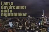 Letecký pohled na budov a noční město světla s Já jsem snílkem a nightthinker nápisy v new Yorku, usa
