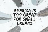 Fotografie Spodní pohled na mrakodrapy a jasné oblohy s ptáky a Amerika je příliš velké pro malé sny nabídky v new york city, usa
