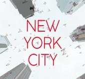 Spodní pohled na mrakodrapy a ptáků na obloze s červeným new york city nápisy, usa