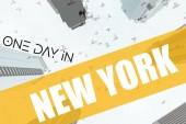 Fotografie Spodní pohled na mrakodrapy a ptáků na obloze v new Yorku s nápisem den v new Yorku, usa