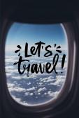pohled na modré oblohy jasno od letadla s umožní cestování nápisy na okno