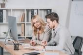 profesionální podnikatelé seděli spolu u stolu a projednávání dokumentů v sadě office