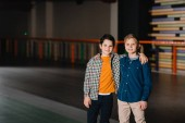 Photo Selective focus of smiling boy hugging cute friend