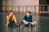 Roztomilé děti odpočívá po bruslení s kolečkové brusle