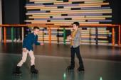 Teen váleček chlapci smát při výcviku společně