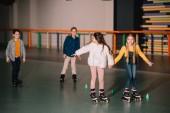 Fotografie Freunde in Roller Skater Lachen und Hand in Hand