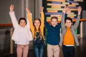Fotografia Gruppo di bambini che ridono e che tengono le mani