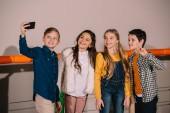 Fotografie Preteen Freunden machen Selfie mit Lächeln