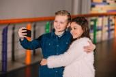 Fotografie Kind mit Freund und machen Selfie umarmt