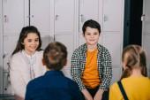 Fotografia Gruppo di bambini che parlano in spogliatoio