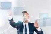 gutaussehender Geschäftsmann berührt Innovationstechnologie-Schnittstelle isoliert auf weißen, künstlichen Intelligenz-Konzept