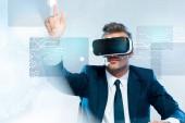 Geschäftsmann in Virtual-Reality-Headset berührt Innovationstechnologie isoliert auf weiße, künstliche Intelligenz-Konzept