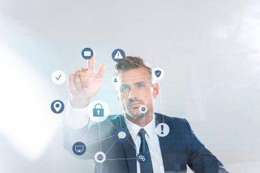 yakışıklı işadamı teknoloji simgeleri beyaz, yapay zeka kavramı izole parmağınızla dokunmak