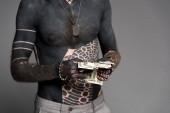 oříznuté záběr rozhalenou muže s tetováním počítání peněz izolované Grey