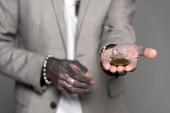 Detailní pohled Tetovaný muž, který držel bitcoiny izolované Grey