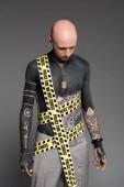 Fényképek kopasz félmeztelen tetovált ember rendőrségi vonalat lenézett elszigetelt a szürke test körül