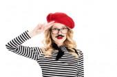 Fotografia donna attraente in occhiali e rosso berretto con baffi finti isolato su bianco